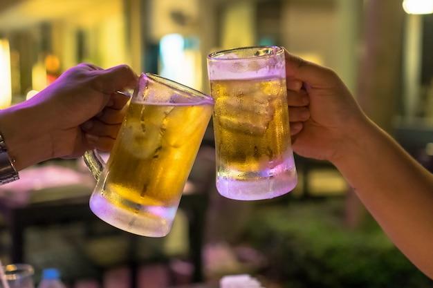 Deux verres de bière réclament un ami dans le bar et le restaurant