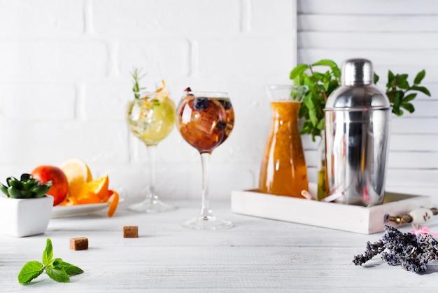 Deux verres à boire et shaker pour préparer un cocktail d'été sur blanc