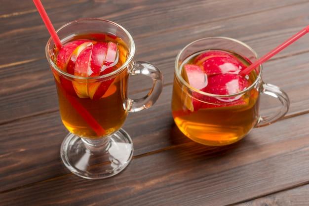 Deux verres de boisson aux pommes d'été.