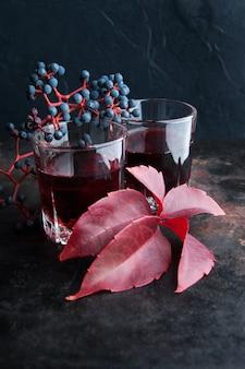 Deux verres de boisson rouge