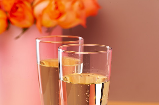 Deux verres de champagne et bouquet de roses