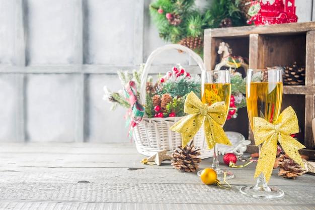 Deux verres de champagne avec décoration de noël