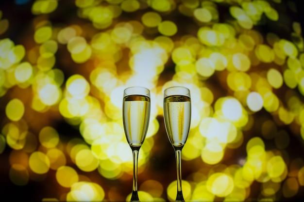 Deux verres de champagne sur un fond de bokeh. gros plan fond isolé.