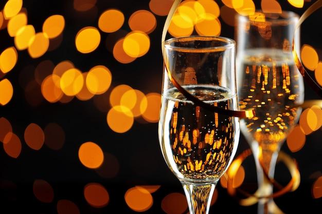 Deux verres de champagne sur fond de lumières bokeh