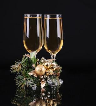 Deux verres de champagne sur fond noir