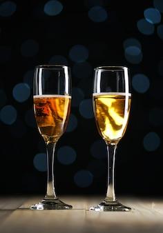 Deux verres de champagne fond sombre lumières