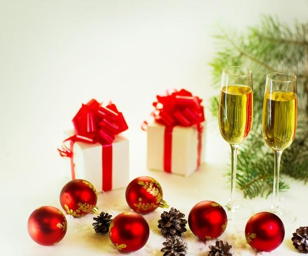 Deux verres de champagne prêts à apporter la nouvelle année