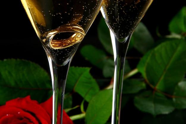 Deux verres de champagne avec rign à l'intérieur