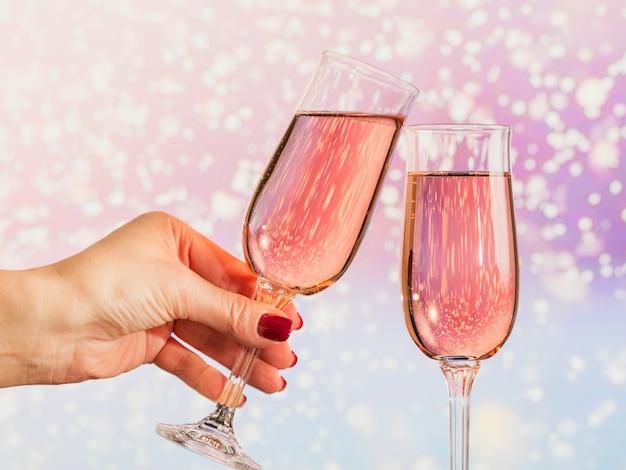 Deux verres de champagne rose avec un léger bokeh de neige