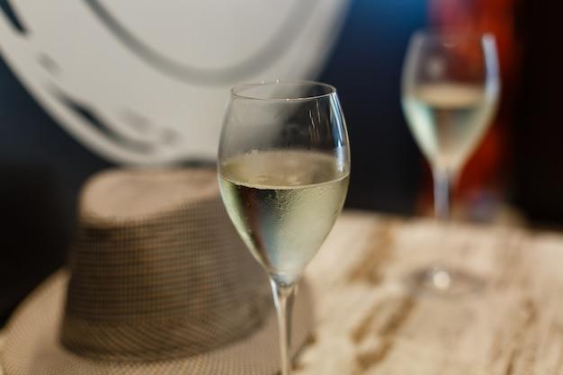 Deux verres de champagne sur une table de buffet