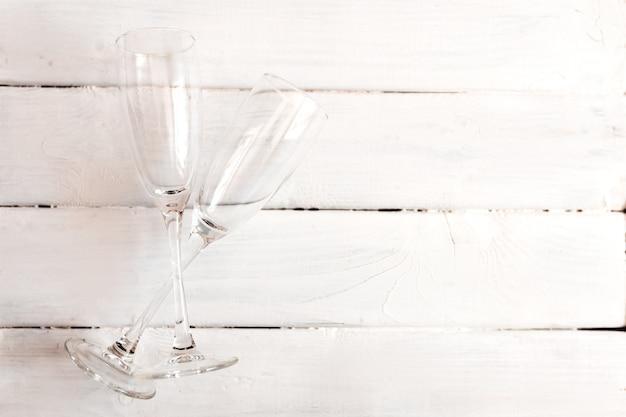 Deux verres de champagne vides.