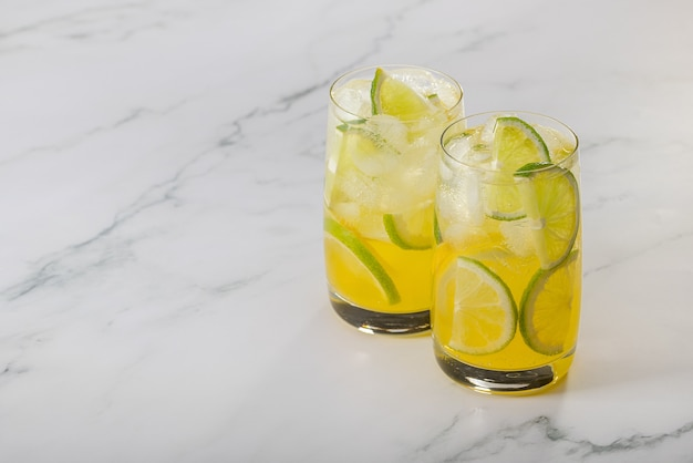 Deux verres de citron, de citron vert et de glace rafraîchissants