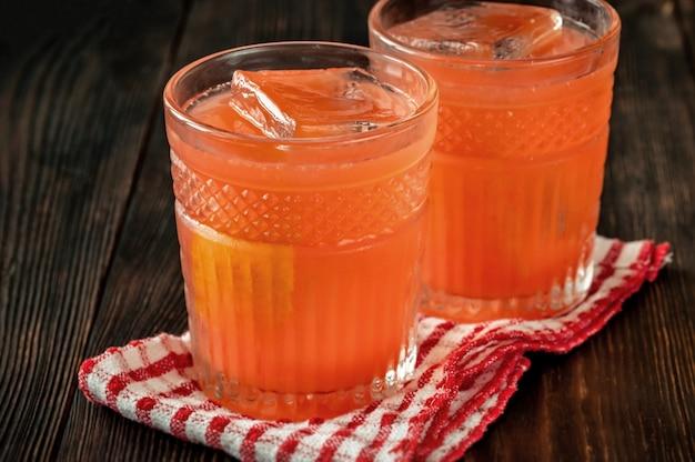 Deux verres de cocktail à la fleur d'oranger