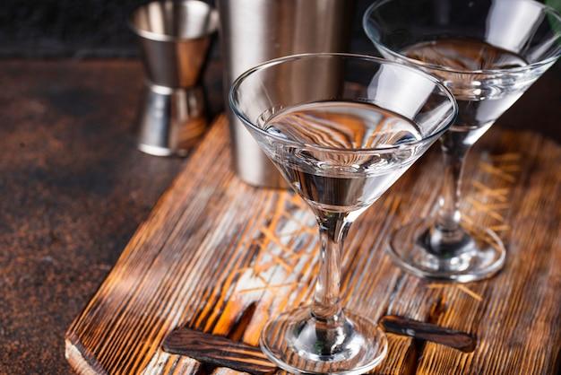 Deux verres de cocktail martini