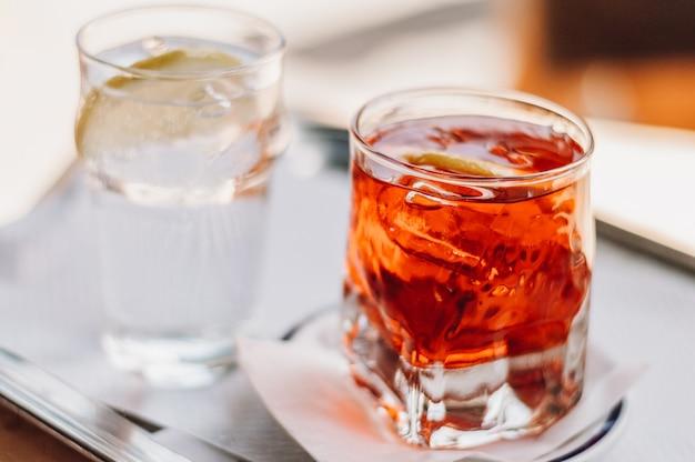Deux verres avec des cocktails.