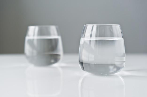 Deux verres d'eau claire.