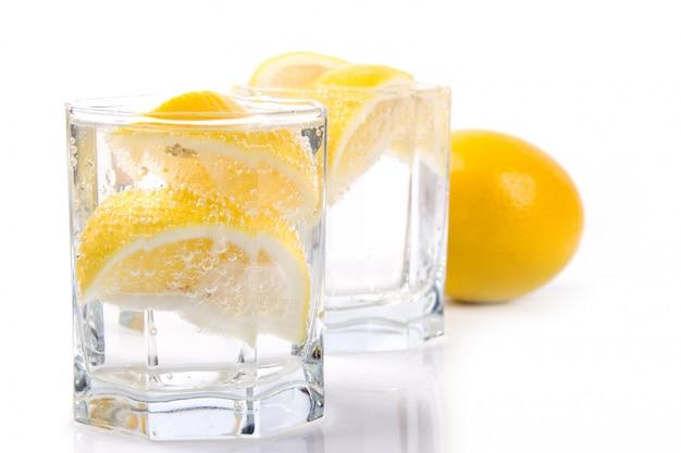 Deux verres avec de l'eau gazeuse et des tranches de citron