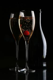 Deux verres élégants avec champagne doré