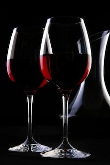 Deux verres élégants avec du vin