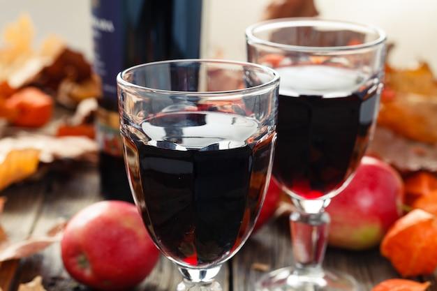 Deux verres de jeune vin rouge après la récolte