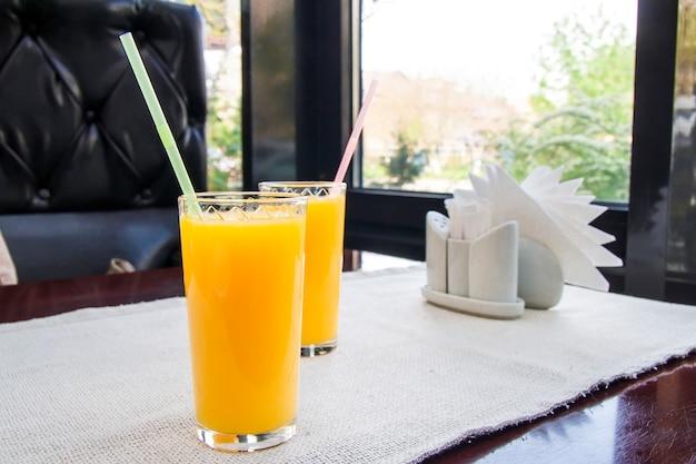 Deux verres de jus d'orange. concept de boisson saine.