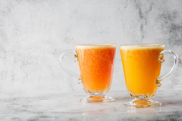 Deux verres de jus d'orange frais isolé sur fond de marbre brillant. vue aérienne, espace copie. publicité pour le menu du café. photo horizontale.