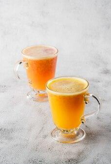 Deux verres de jus d'orange frais isolé sur fond de marbre brillant. vue aérienne, espace copie. publicité pour le menu du café. photo verticale.