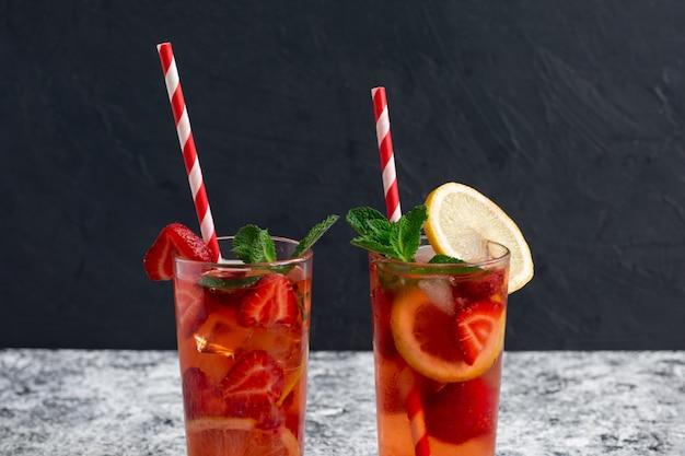 Deux verres de limonade aux fraises maison au citron et à la menthe