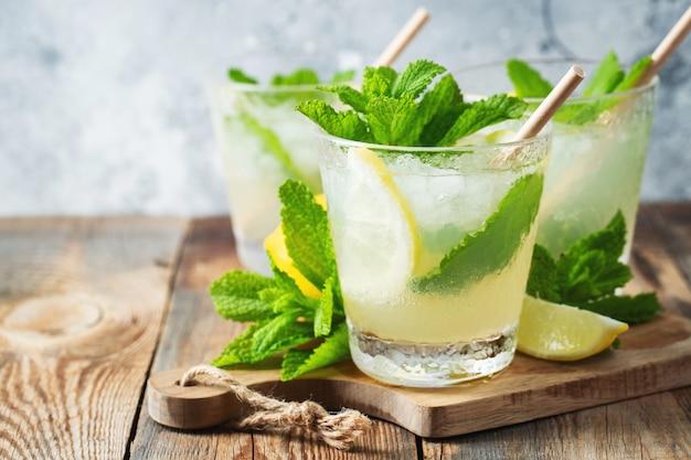 Deux verres avec limonade ou cocktail mojito au citron.