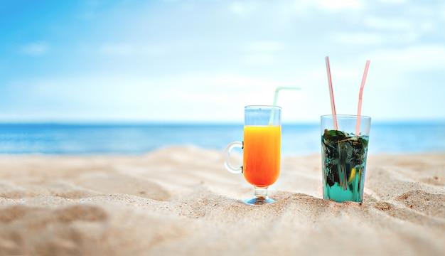Deux verres de mojito frais et cocktail de jus sur floue