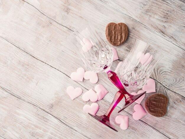 Deux verres à pied avec des coeurs et du chocolat