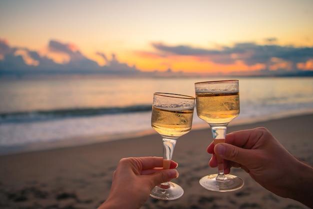 Deux verres sur la plage de sable blanc