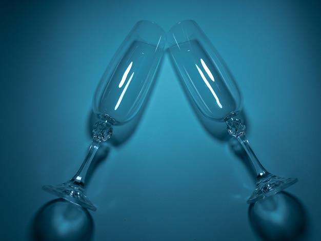 Deux verres pour se rencontrer sur fond turquoise. concept romantique festif.
