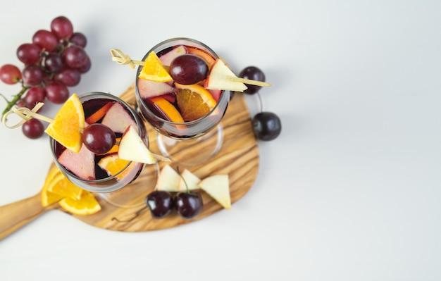 Deux verres de sangria à décor de fruits. boisson traditionnelle espagnole. espace de copie. angle élevé.