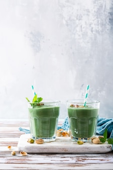 Deux verres de smoothie vert sain