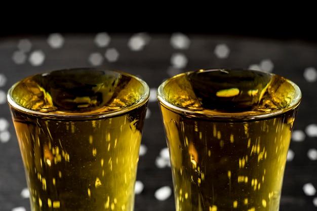 Deux verres de tequila au citron vert et sel