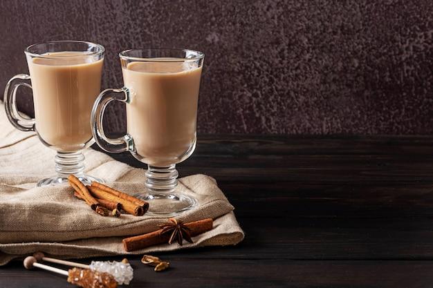 Deux verres de thé masala indien chaud