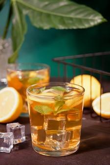 Deux verres de thé rafraîchissant froid avec de la glace et des fruits citronnés.