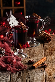 Deux verres de vin chaud aux oranges et épices