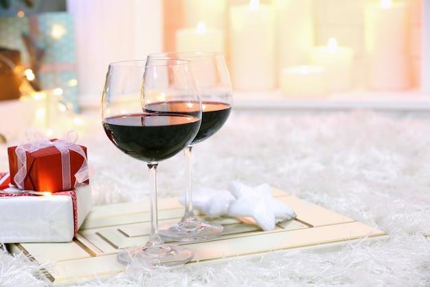 Deux verres de vin chaud sur décor de noël