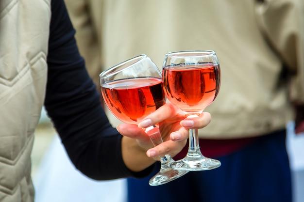 Deux verres de vin dans la main de la femme