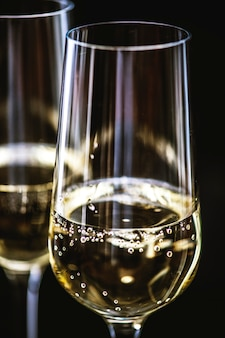 Deux verres de vin mousseux