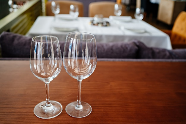 Deux verres à vin propres vides sur une table en bois.