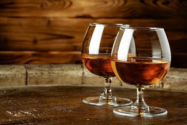 Deux verres de whisky sur une table en bois dans le bar