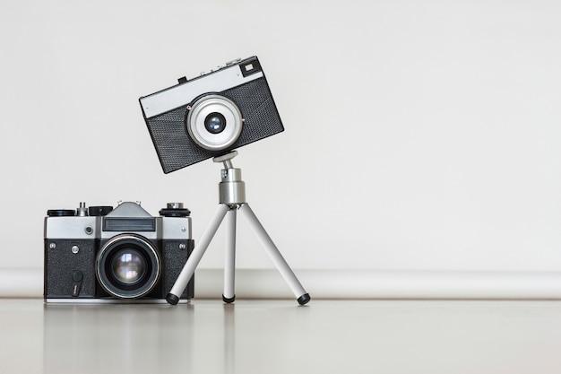 Deux vieilles caméras anciennes ensemble. grand et petit concept.