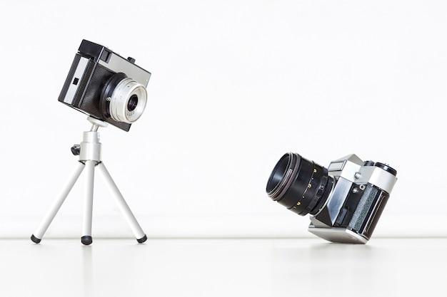 Deux vieux appareils photo vintage ensemble. grand et petit concept.