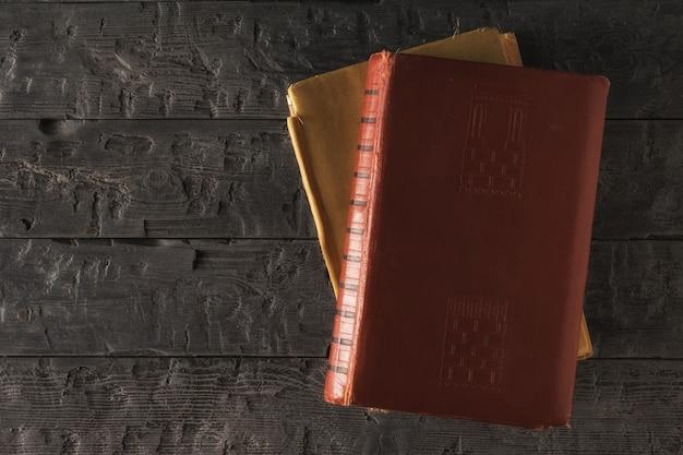 Deux vieux livres sur un tableau noir. papier à lettres rétro. mise à plat la vue du haut.
