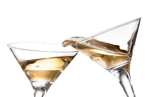 Deux vins tourbillonnant dans un verre à martini gobelet, isolé sur fond blanc