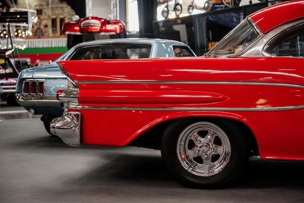 Deux voitures anciennes à l'exposition automobile garée à l'intérieur