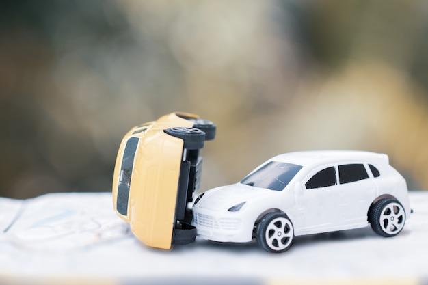 Deux voitures miniatures se brisent sur la route